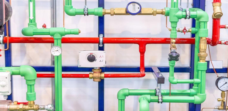 Instalación de tuberías de agua caliente y calefacción